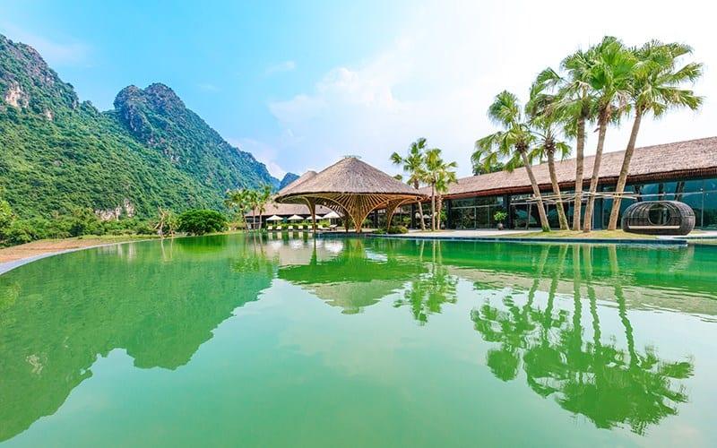 Hồ bơi xanh mướt tại Serena Resort