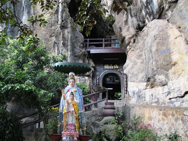 Tượng Phật Quan Thế Âm ngay ngoài khu du lịch Thạch Động nhìn vào (Ảnh sưu tầm)