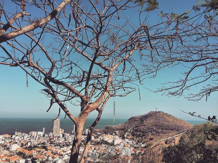 Một góc thành phố nhìn từ con đường lên ngọn hải đăng (Ảnh sưu tầm)