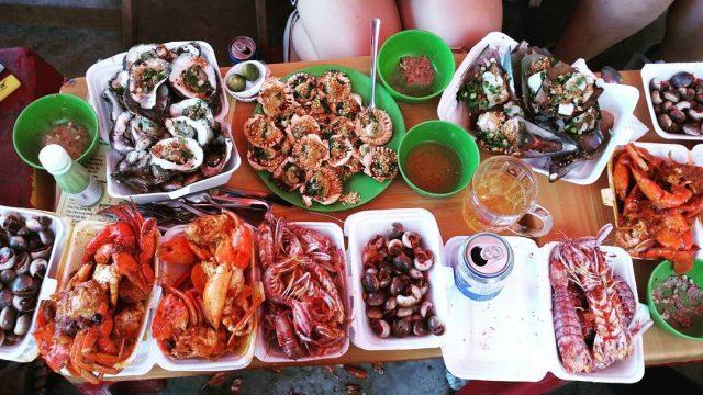 Chợ Hàng Dương nổi tiếng với các món hải sản đa dạng, hấp dẫn với giá bình dân.