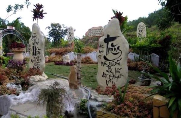 Những bài thơ được khắc trên những tảng đá lớn (Ảnh sưu tầm)