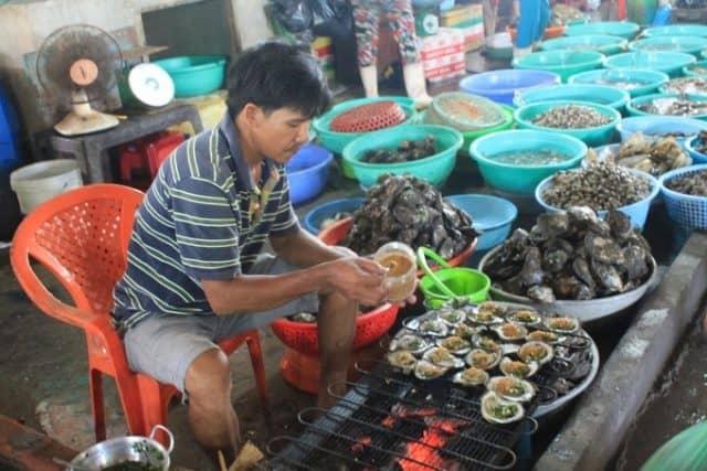 Chợ có rất nhiều quán bán đồ ăn sẵn hoặc quầy chế biến cho khách mua hàng.
