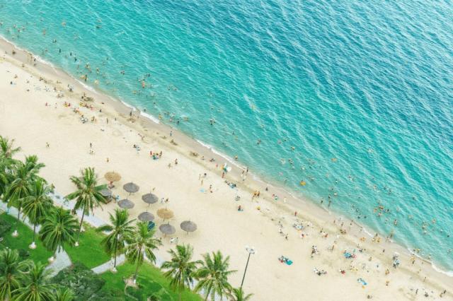 Cùng ngắm bãi biển khi du lịch nha trang bằng tự túc