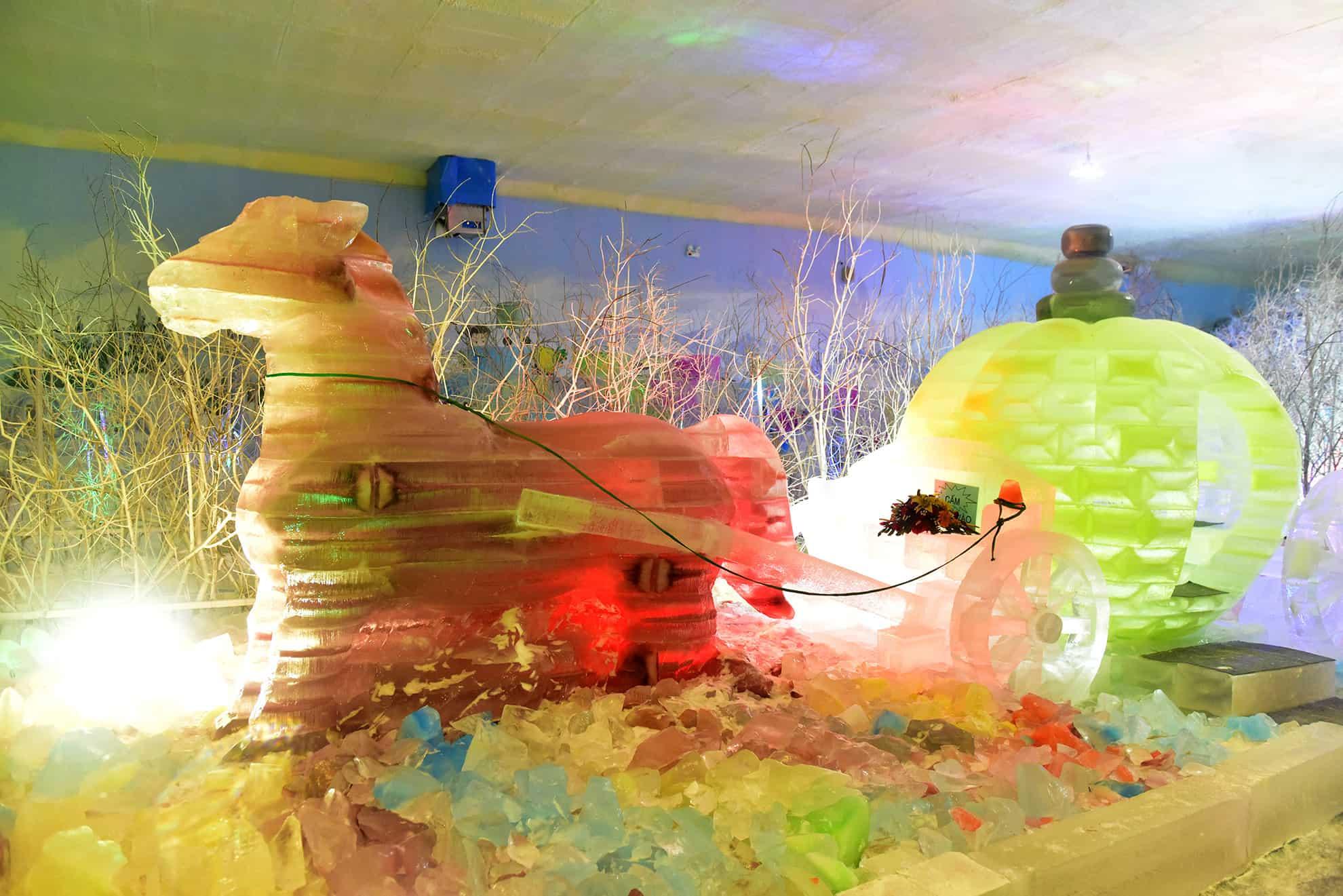 Cỗ xe bí ngô băng khổng lồ lấp lánh