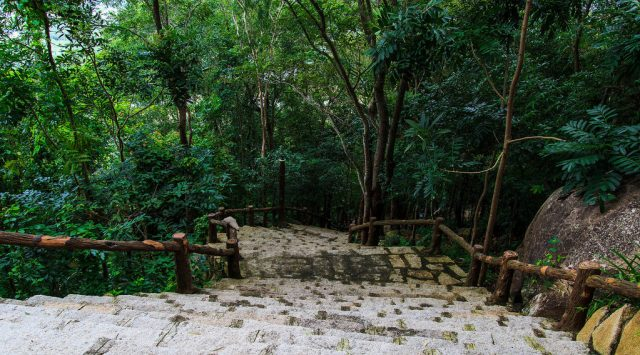 uãng đường lên tới đỉnh núi trải dài khoảng 3km với những con đường ngoằn ngoèo là bậc thang đá