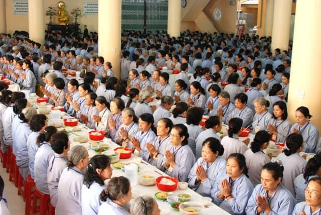 Ăn cơm chay ở chùa