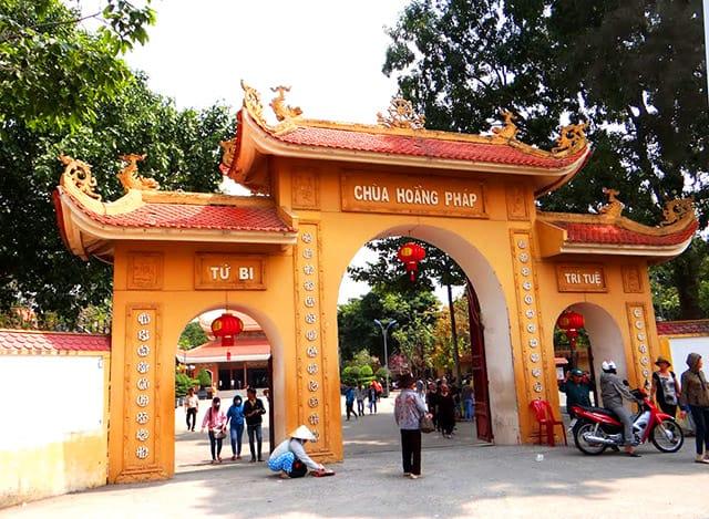 Cổng tam quan của chùa Hoằng Pháp TP HCM (Ảnh: ST)