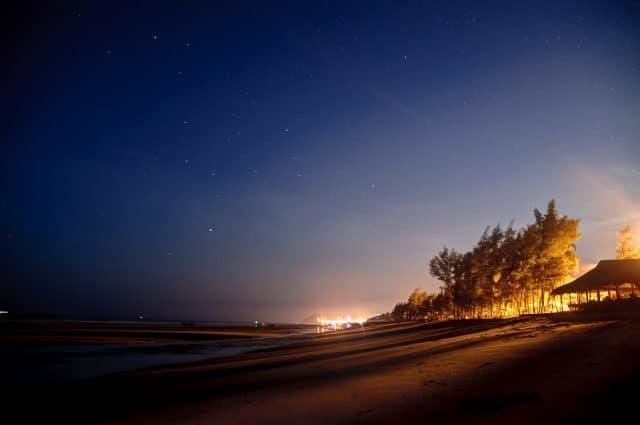 Ánh sáng nhuộm một màu đỏ vàng lên bãi cát (Ảnh: ST)