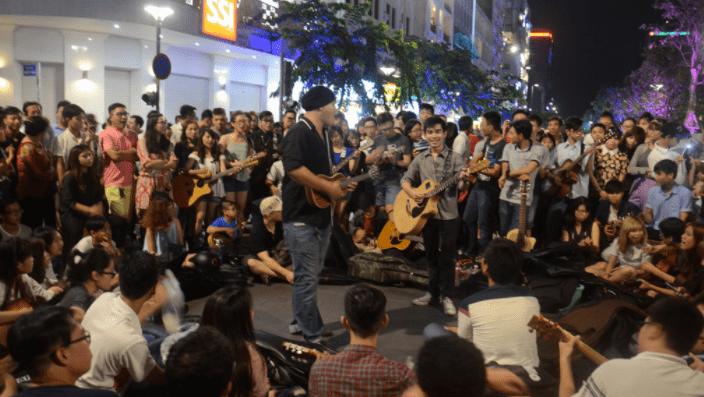 Hoạt động ca hát diễn ra sôi nổi trên đường Nguyễn Huệ