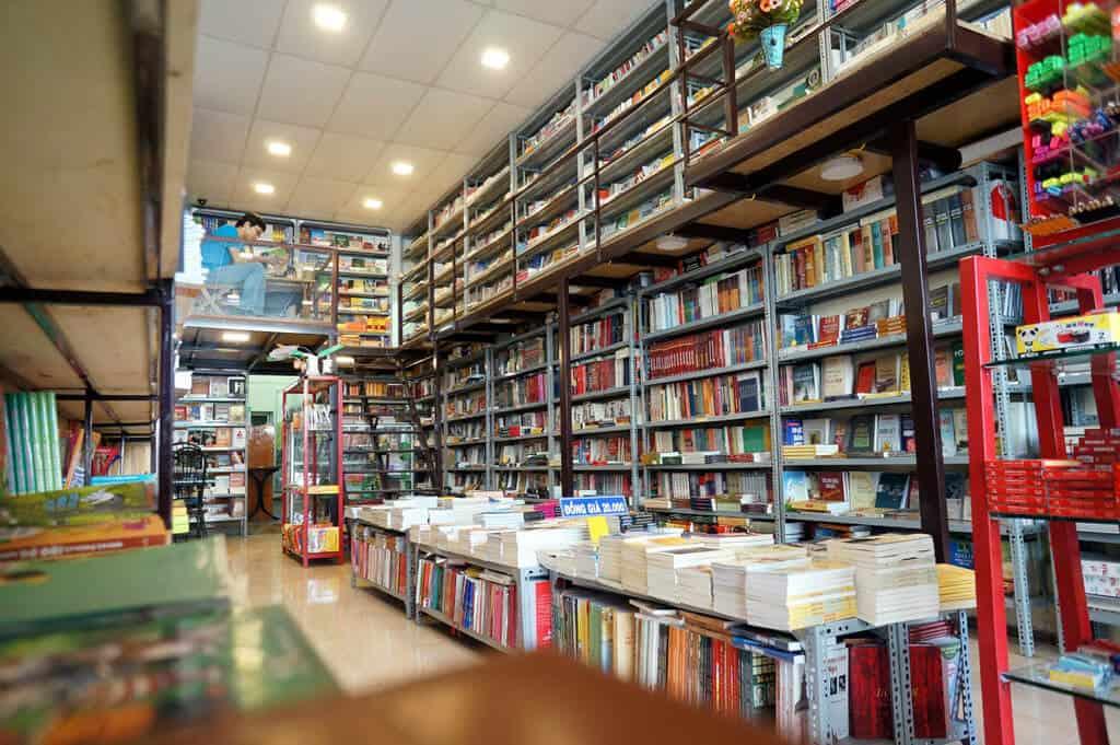 Sách được sắp xếp rất ngăn nắp và dễ tìm