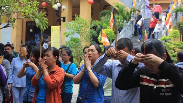Người dân đến lễ chùa