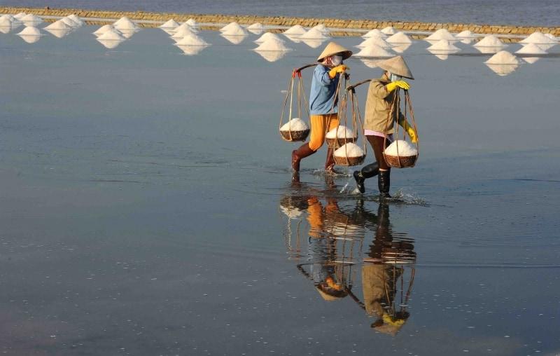 Những hình thật đẹp, thật bình dị về người nông dân làm muối ở Sa Huỳnh (Ảnh: ST)