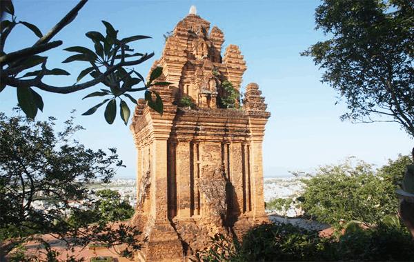 Một tháp Nhạn bình yên vào ban ngày (Ảnh: ST)
