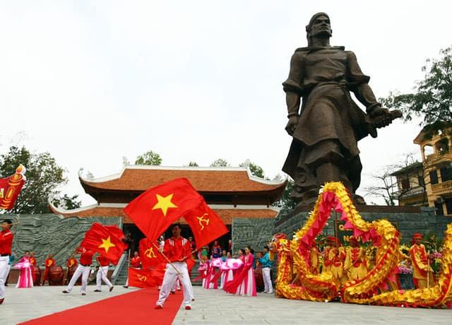 Nhân dân nườm nượp kéo về dự lễ tưởng niệm vị anh hùng Nguyễn Huệ (Ảnh: ST)