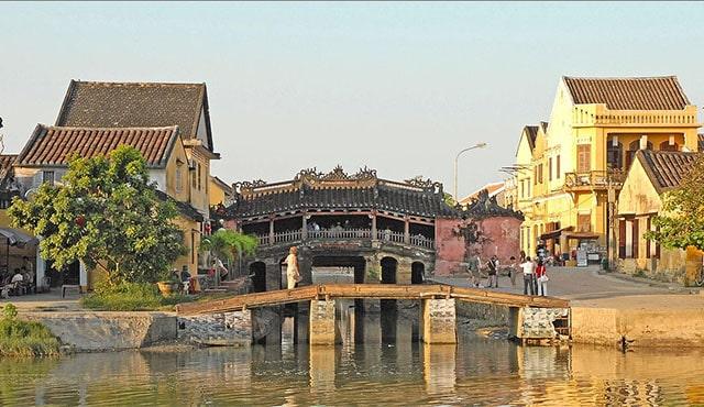 Có một chùa Cầu nằm vắt mình qua sông (Ảnh: ST)