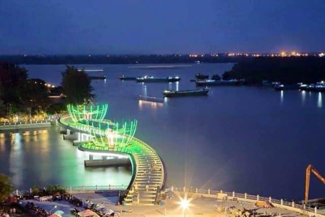 Dáng hình chữ S của cây cầu trên bến Ninh Kiều