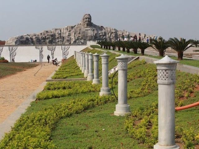30 ngọn đèn đá tượng trưng cho sự chờ đợi mòn mỏi của người Mẹ Việt Nam Anh hùng chờ đợi các con đánh trận trở về