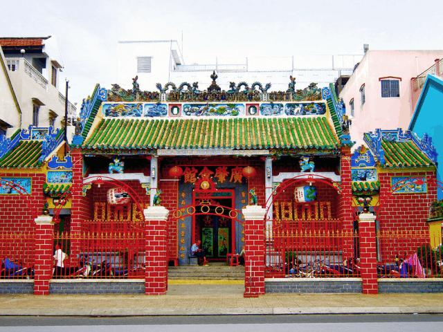 Phía bên ngoài cổng chùa bao trùm một màu sắc rực rỡ