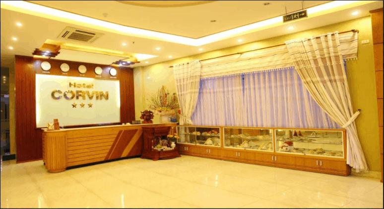 Quầy lễ tân của khách sạn Corvin được thiết kế rất sang trọng