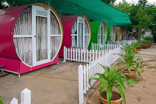 Trước cửa mỗi ống được trang trí hàng rào cảm giác như một khu nhà riêng