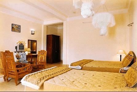 Phòng ngủ khách sạn được thiết kế ấm cúng