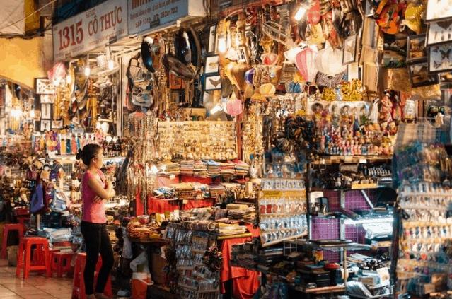 Những món đồ kỷ niệm ở chợ Bến Thành (Ảnh ST)