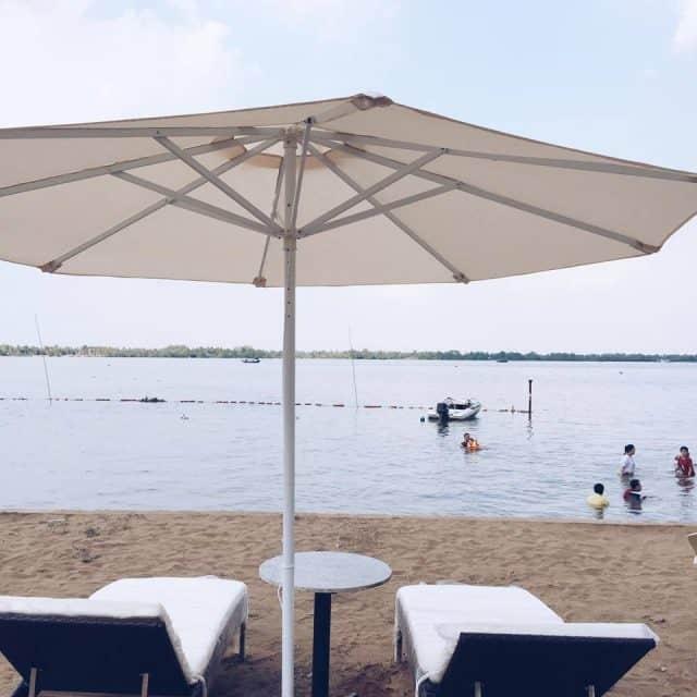 Cảm nhận được nắng gió, không khí nơi đây, thưởng thức nước dừa mát lạnh, ăn hải sản thả ga và ngắm nhìn cầu Cần Thơ