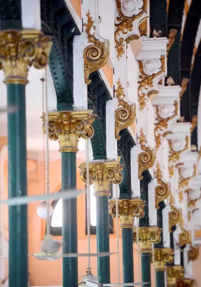 Những hàng cột sắt màu xanh lá cây thẳng tắp