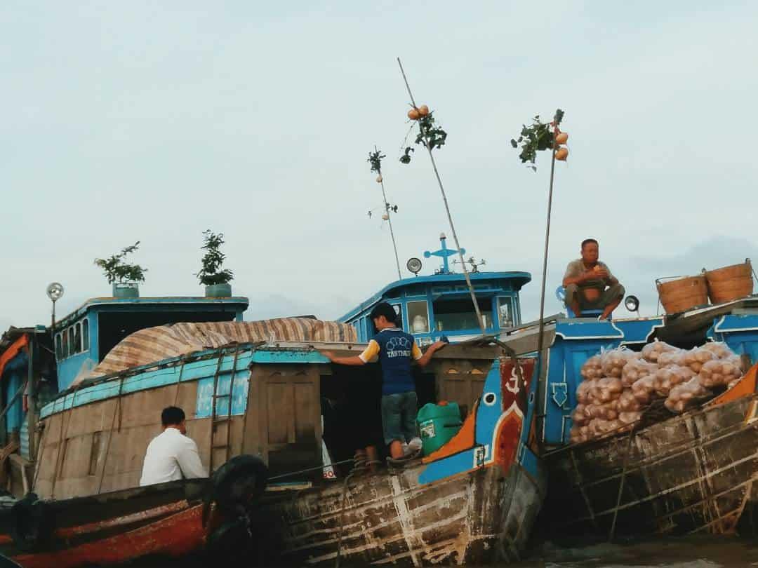 Những người buôn bán ở chợ nổi Cái Răng đang hăng hái chuẩn bị cho phiên chợ