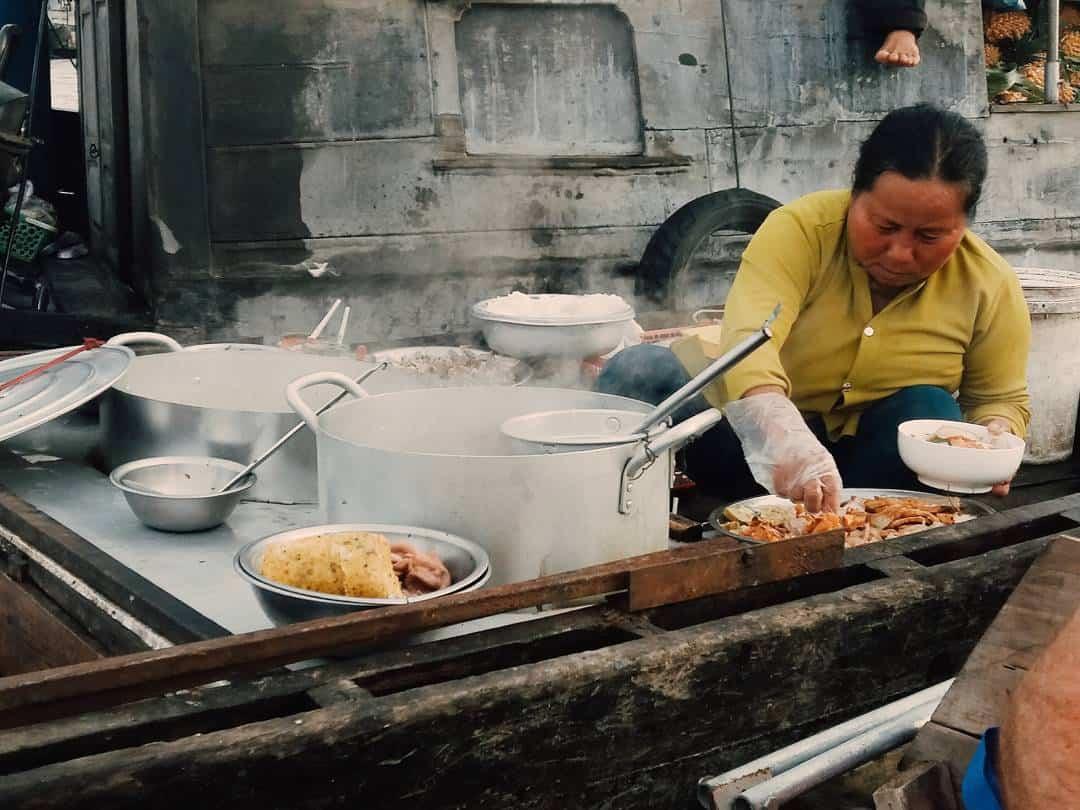 Những món ăn nóng hổi ngon miệng được chuẩn bị ngay trên ghe thuyền ở chợ nổi Cái Răng