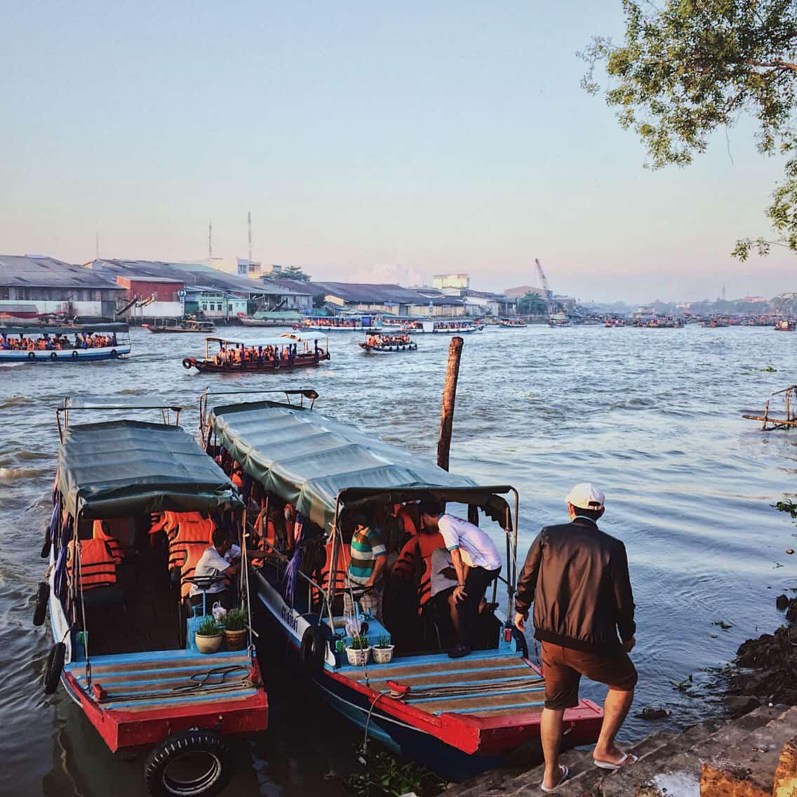 Ngồi trên các ghe thuyền để cảm nhận thật sống đống chợ nổi Cái Răng