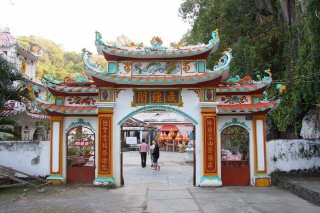 Cửa chính chùa Hang hướng về đất liền