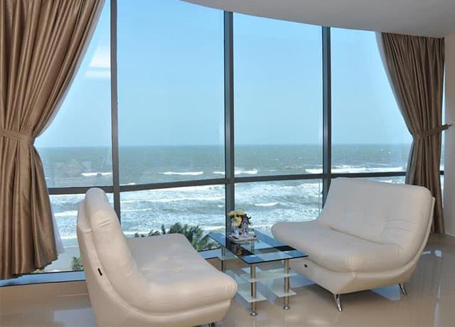 Cảnh biển thơ mộng nhìn từ phòng khách sạn