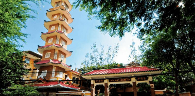 Hình ảnh cổng Tam Quan và tháp 7 tầng ở chùa Xá Lợi
