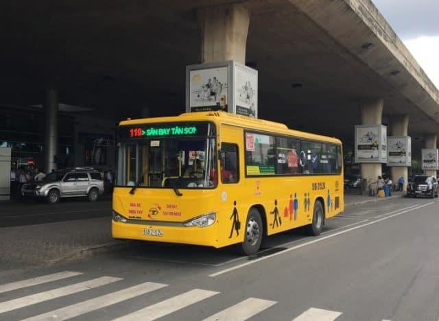 Du khách có thể đến sân bay Tân Sơn Nhất bằng xe buýt