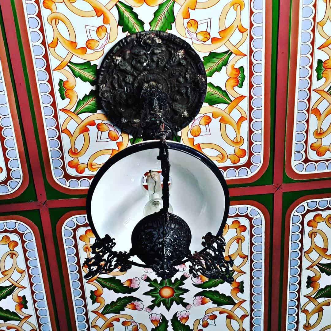 Trần nhà cũng được trang trí bằng các họa tiết khác nhau