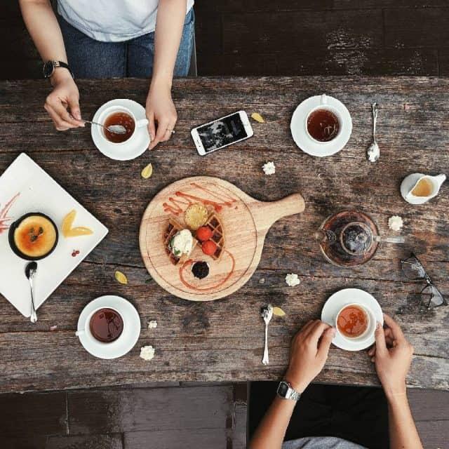 Bên cạnh trà, cafe, quán còn phục vụ các món ăn từ Á đến Âu với giá 100.000 - 350.000 đồng