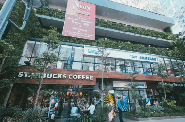 Bên ngoài Saigon Garden được trang trí rất nhiều câu xanh