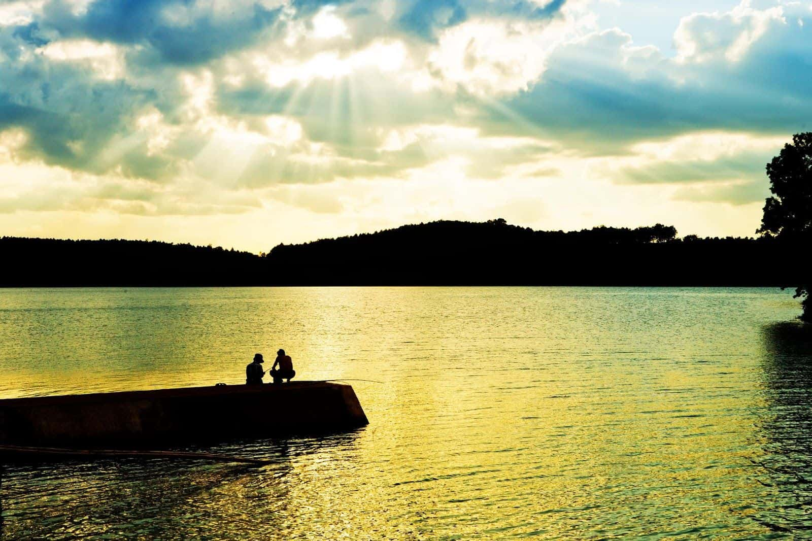 Khoảnh khắc hoàng hôn bên mặt hồ. (Ảnh ST)