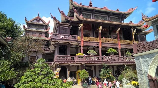 Kiến trúc nhà gỗ độc đáo là một trong những biểu tượng của chùa Thiên Hưng. (Ảnh ST)