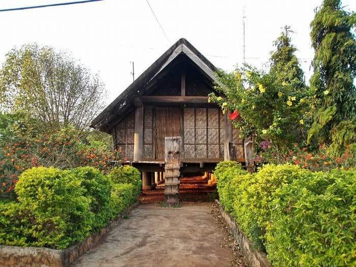 Những nếp nhà sàn xinh xắn ở buôn Ako Dhong (Ảnh: ST)