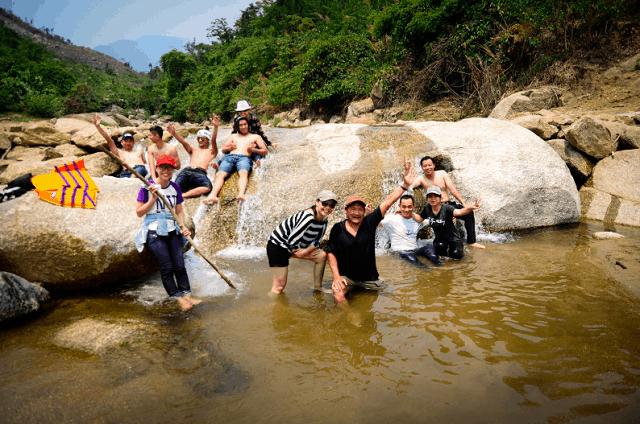 Con suối nơi thượng nguồn hồ đồng Xanh - đồng Nghệ