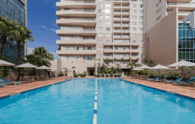 Không gian bể bơi tại khách sạn Somerset Chancellor Court