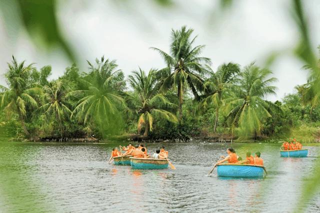 Hay trải nghiệm chèo thuyền thúng (Ảnh: Làng Du lịch Tre Việt)