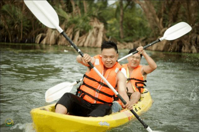 Chèo thuyền Kayak (Ảnh: Làng Du lịch Tre Việt)