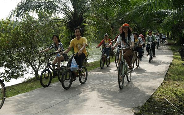 Đạp xe dạo quanh khu du lịch ngắm cảnh