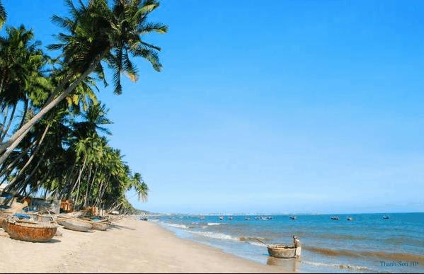 Phan Thiết hấp dẫn với những bãi biển trong xanh, bãi cát mịn màng trải rộng