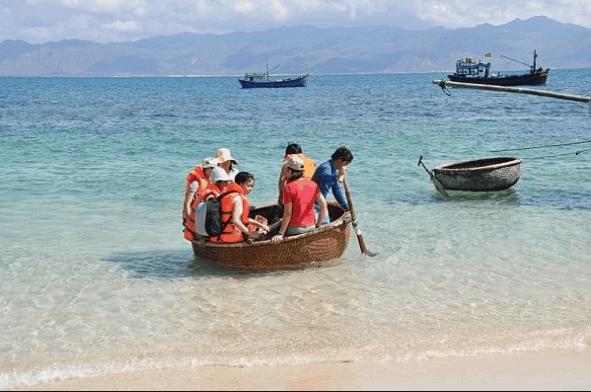 Du khách phải di chuyển thuyền thúng vào đảo vì đảo thuộc sự kiểm soát của bộ đội