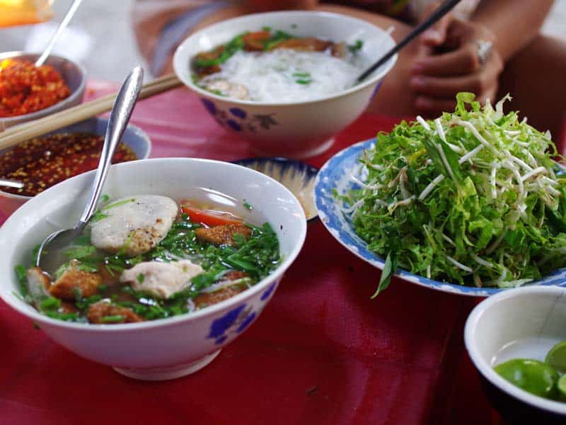 Quán bún vỉa hè nổi tiếng suốt 20 qua tại Nha Trang