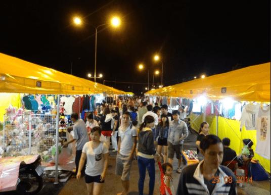 Càng về đêm chợ càng đông hơn